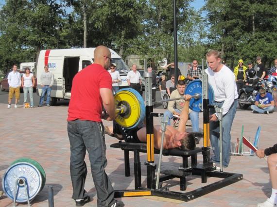 Niko Mäkitalo punnertaa 140kg